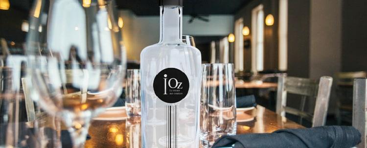 photo gros plan d'une bouteille iOz au restaurant