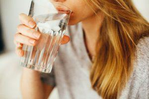 Bas du visage d'une ado qui boit de l'eau